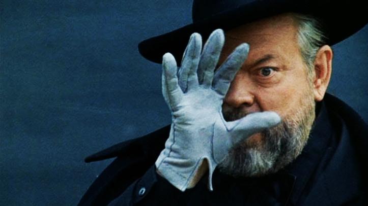 Orson Welles berlaku sebagai pesulap yang menyajikan tipuan. Siapa menipu dan siapa ditipu dalam film dan karya seni?