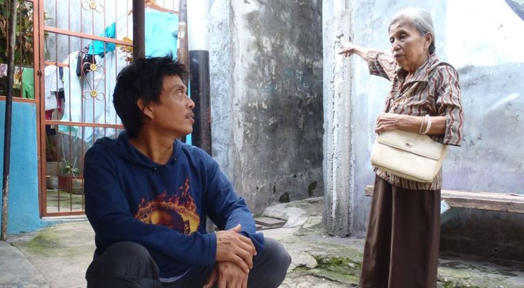 Hidup satu keluarga ini mewakili perubahan besar yang terjadi di satu negara besar bernama Indonesia?