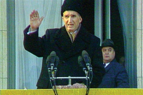 Hukuman mati bagi diktator ini ditayangkan di televisi. Terkadang revolusi memang ditayangkan di sana!