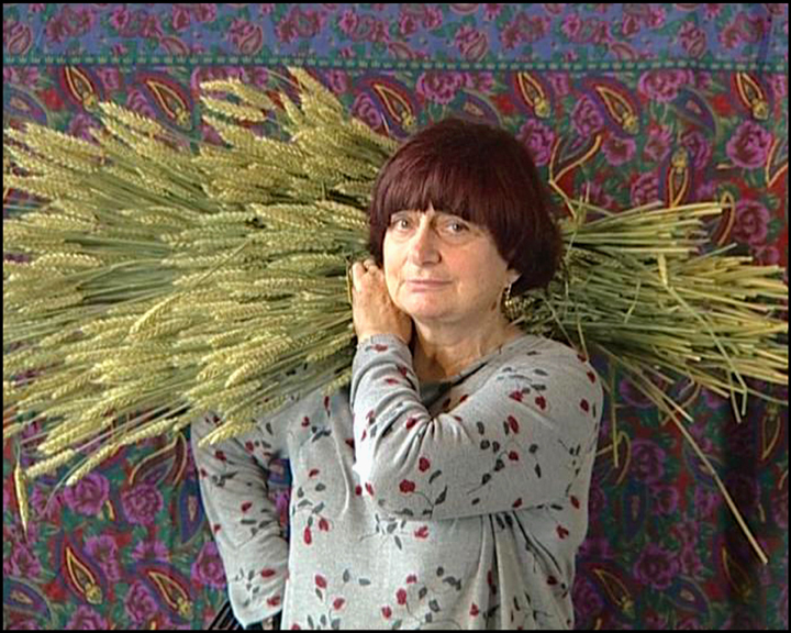 Agnes Varda juga seorang pemulung, sama seperti subyek-subyek dalam film dokumenternya ini!