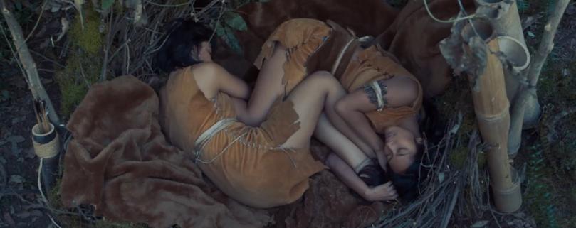 Bayangkan jika kedua perempuan ini telanjang dalam fetal position seperti ini. Homoerotika mana lagi yang kau dustakan?